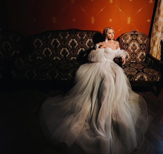 Portrait de la belle mariée dans le hall.