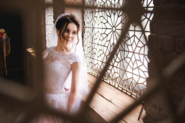 Portrait d'une belle mariée dans un intérieur élégant