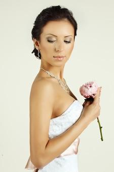 Portrait d'une belle mariée avec des fleurs
