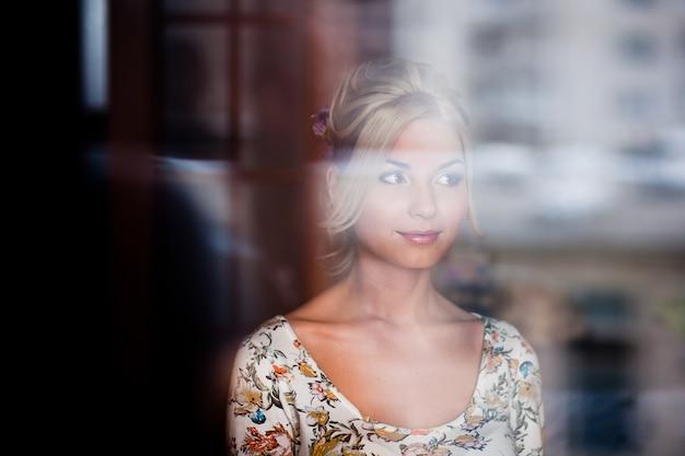 Portrait de la belle mariée heureuse avec le maquillage et la coiffure de mariage