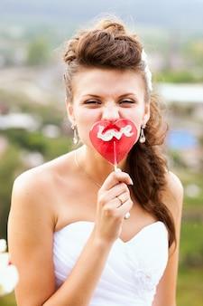 Portrait de belle mariée heureuse avec maquillage de mariage et coiffure de mariage en robe de mariée