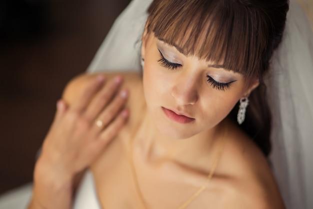 Portrait de la belle mariée en robe de mariée