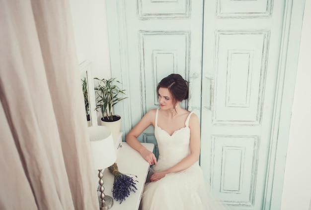 Portrait d'une belle mariée en robe de mariée