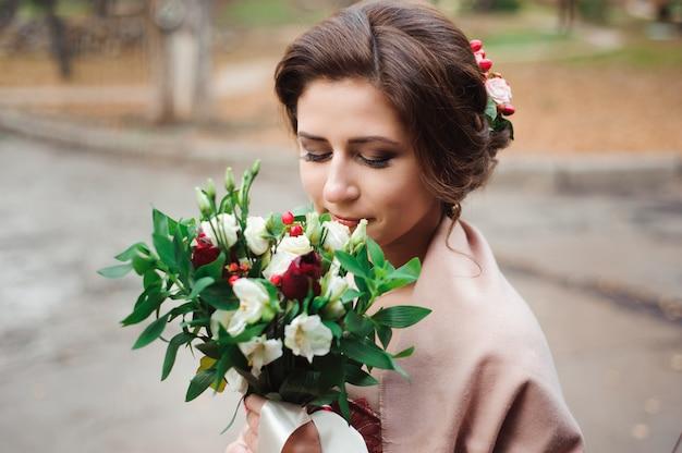Portrait d'une belle mariée en robe rouge