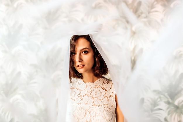 Portrait d'une belle mariée en voile