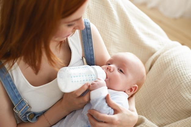 Un portrait de la belle mère avec son bébé