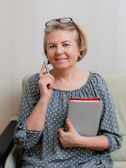 Portrait d'une belle pensionnée bien entretenue de 50 à 60 ans dans la chambre.