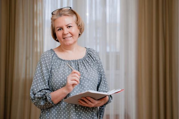 Portrait d'une belle pensionnée bien entretenue dans la chambre.