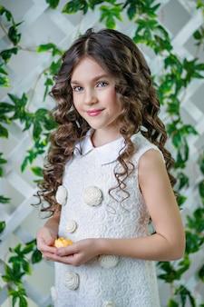 Portrait d'une belle petite fille aux cheveux longs .printemps. séance photo de printemps.