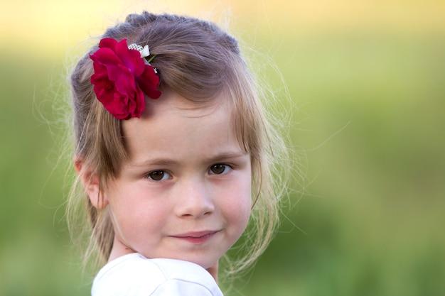 Portrait de belle petite fille blonde préscolaire