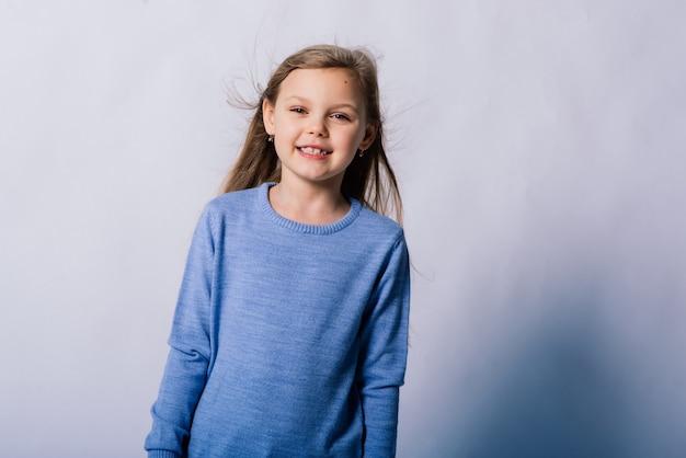 Portrait de belle petite fille heureuse souriante sur un studio. fond blanc isolé