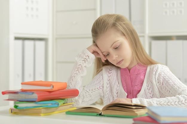 Portrait de belle petite fille avec livre