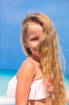 Portrait de belle petite fille en plein air