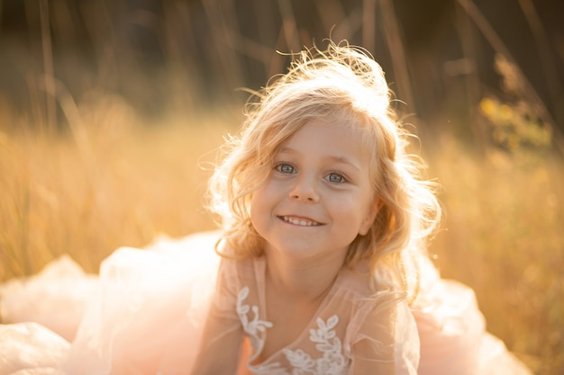 Portrait d'une belle petite fille princesse vêtue d'une robe rose