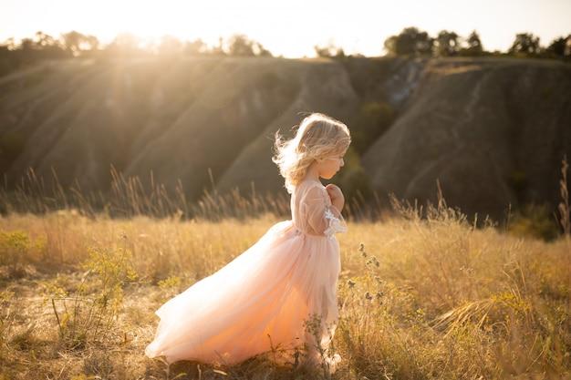 Portrait d'une belle petite fille princesse vêtue d'une robe rose.