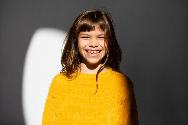 Portrait de la belle petite fille souriante