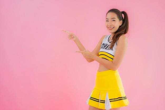 Portrait belle pom-pom girl jeune femme asiatique
