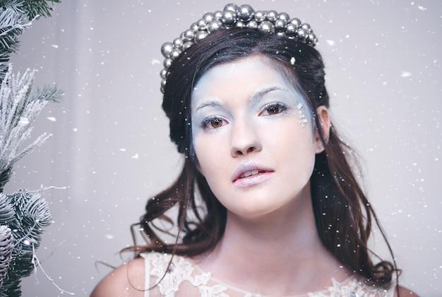 Portrait de la belle reine des neiges parmi les chutes de neige