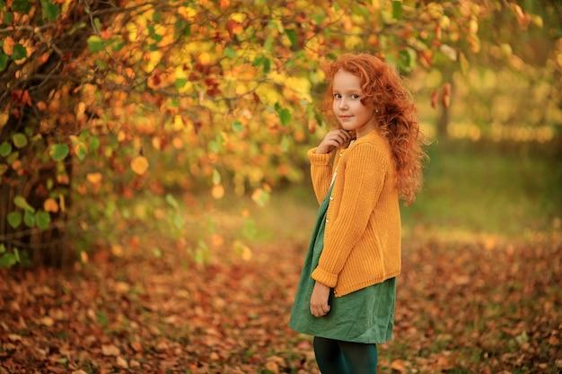 Portrait d'une belle rousse aux cheveux longs
