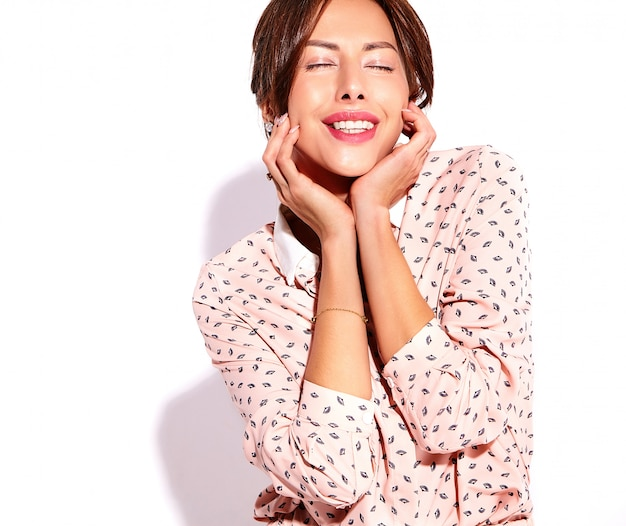 Portrait de la belle souriante jolie femme brune modèle dans des vêtements d'été décontractés sans maquillage isolé sur blanc