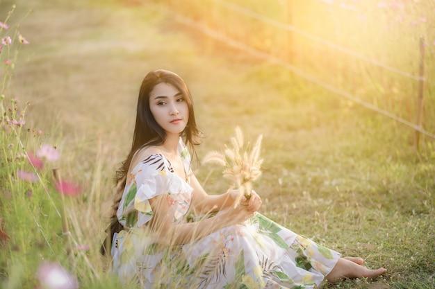 Portrait de belles femmes asiatiques assis se détendre dans le jardin fleuri