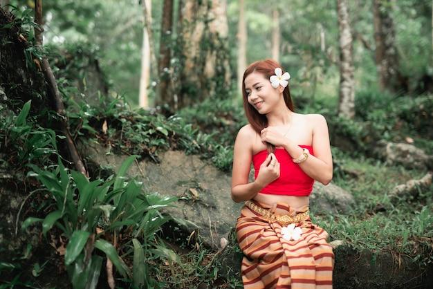 Portrait de belles femmes asiatiques à cascade dans la jungle