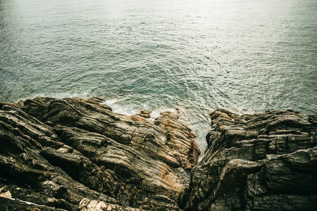 Portrait de belles formations rocheuses près de l'océan pendant la journée