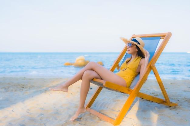 Portrait de belles jeunes femmes asiatiques heureux se détendre sourire autour de l'océan plage mer