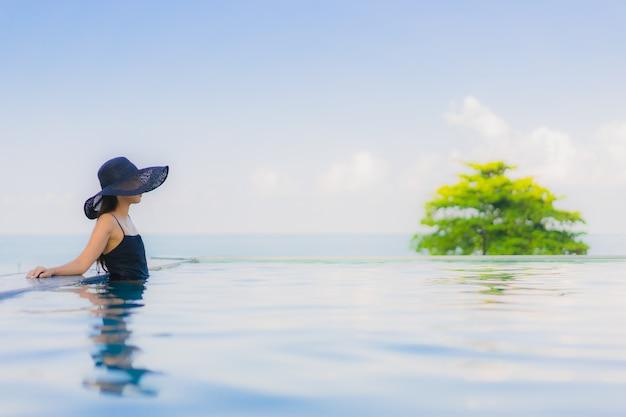 Portrait de belles jeunes femmes asiatiques sourire heureux se détendre piscine extérieure à l'hôtel