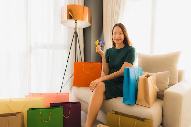 Portrait de belles jeunes femmes asiatiques utilisant une carte de crédit pour faire des achats en ligne