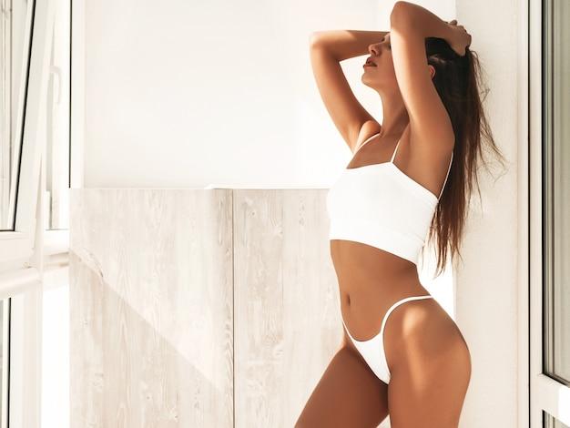 Portrait de belles jeunes femmes en lingerie blanche