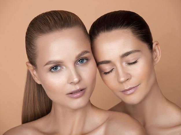 Portrait de belles jeunes femmes sur studio brun