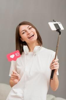 Portrait d'un blogueur filmant pour un blog personnel
