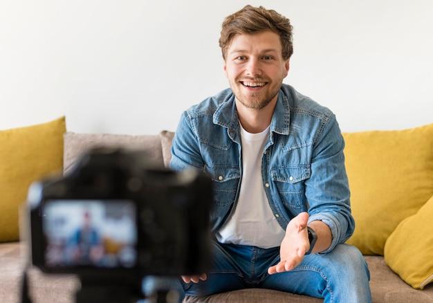 Portrait d'un blogueur s'enregistrant à la maison
