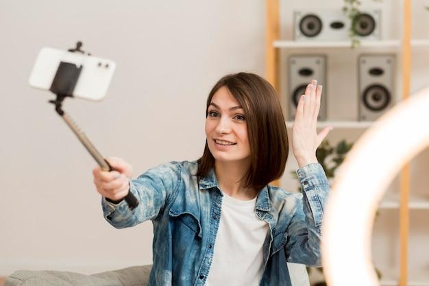 Portrait d'une blogueuse se filmant à la maison