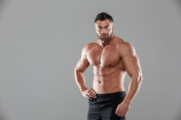 Portrait d'un bodybuilder masculin torse nu musclé fort