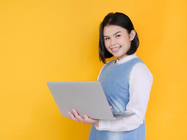 Portrait de bonheur jeune femme tenant un ordinateur portable et souriant