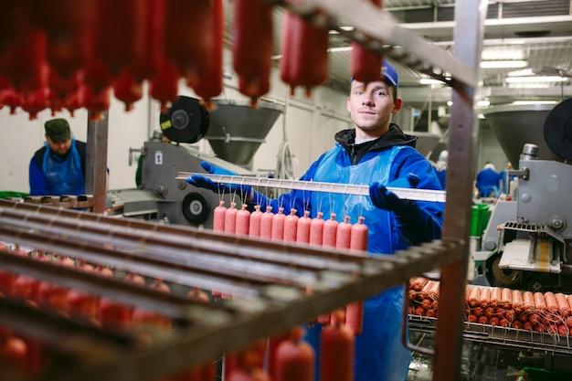 Portrait, bouchers, traitement, saucisses, viande, usine