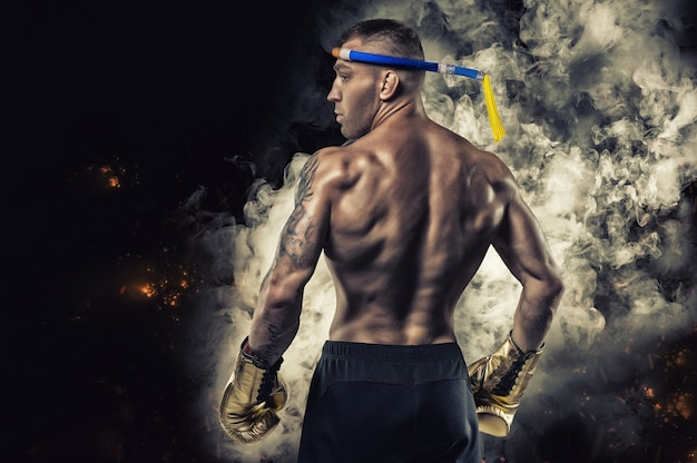 Portrait d'un boxeur thaïlandais. vue arrière. concept d'arts martiaux mixtes. compétitions et tournois.