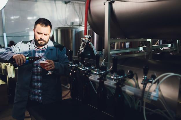 Portrait d'un brasseur faisant de la bière sur son lieu de travail dans la brasserie