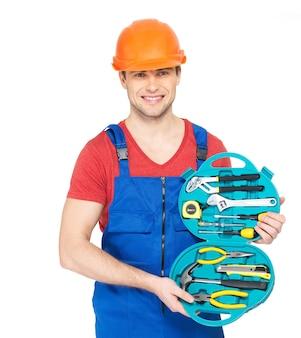 Portrait de bricoleur souriant avec des outils isolés sur blanc