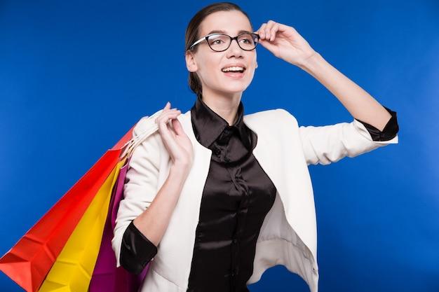 Portrait de la brune à lunettes avec des paquets