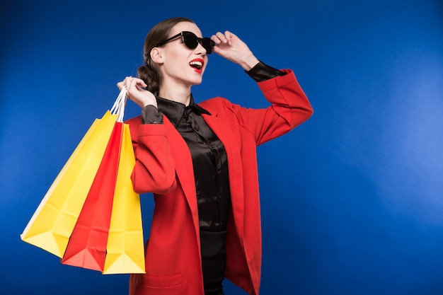 Portrait de la brune à lunettes avec des sacs