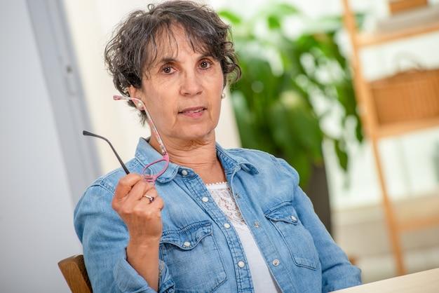 Portrait de brune senior avec une veste en jean