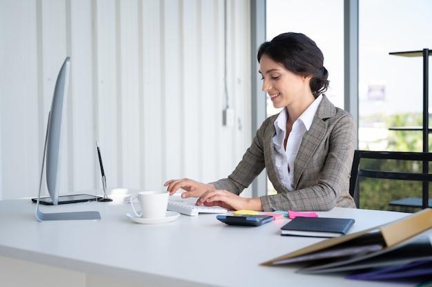 Portrait, de, bussiness, femme, dans, bureau moderne