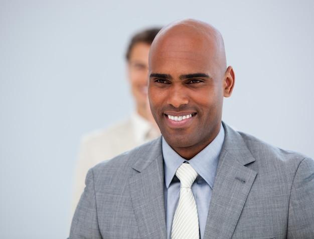 Portrait d'un cadre masculin et de son collègue