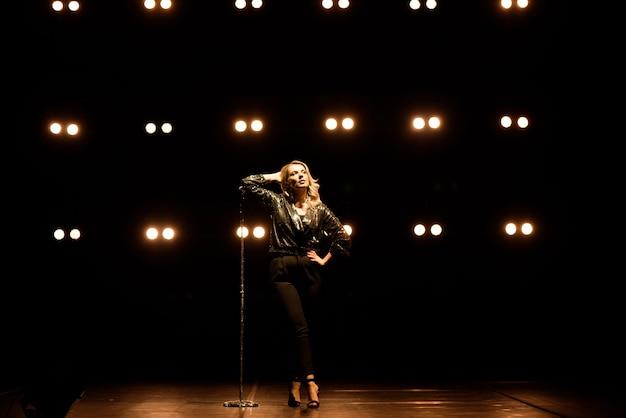 Portrait d'un chanteur sur la scène
