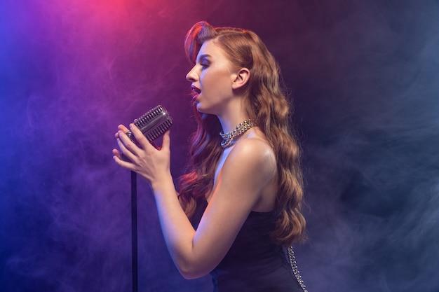 Portrait de chanteuse caucasienne isolé sur néon