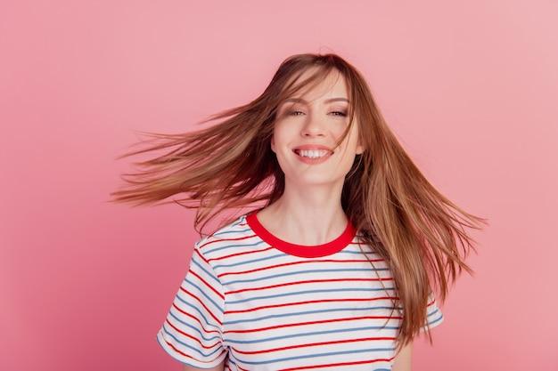 Portrait de charmante adorable dame magnifique à pleines dents sourire rayonnant sur fond rose