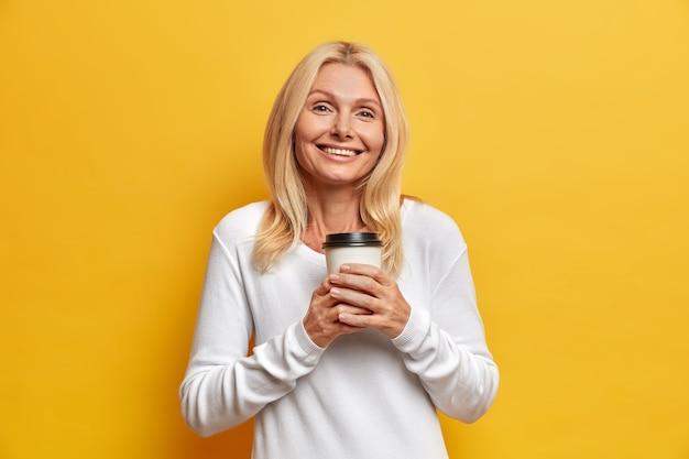 Portrait de charmante femme séduisante d'âge moyen aux cheveux blonds